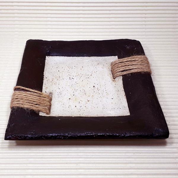 plato en pasta piedra borde marrón